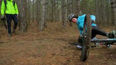 EDITORIAL. One Cyclist Falling From Bike In Green Forest — Stock Video