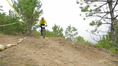 EDITORIAL. Two Bikers Going Fast Downhill — Stock Video