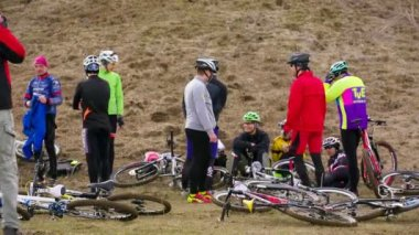 EDITORIAL. Group Of Young Professional Cyclists Waiting For Start Of Competition — Stock Video
