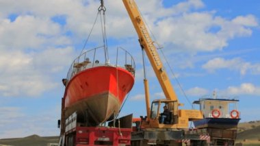 EDITORIAL. Workers Lifting Holiday Cruiser At Seashore With Help Of Crane-Machine — Stock Video