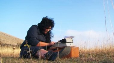 Funny Woman Typing On Vintage Typewriter Sitting On The Ground At Nature — Stok video
