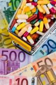 Tablety, nákupní košík, euro bankovky — Stock fotografie