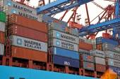Cargo ship with containers in the port of hamburg — Stock Photo