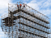 Byggnadsarbetare på en byggnadsställning — Stockfoto