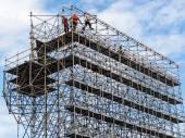 Operaio edile su ponteggi — Foto Stock