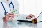Doktor píše předpis pro tablety — Stock fotografie