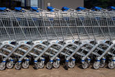 Shopping cart outside a supermarket — Stockfoto