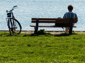 Man takes a break with bike — Stock Photo