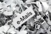 Papierschnitzel Schlüsselwort-e-Mails — Stockfoto