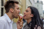 Couple eating ice cream at — ストック写真