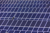 屋顶上的太阳能电池板 — 图库照片