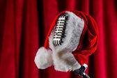 Noel Baba şapkası ile Retro mikrofon — Stok fotoğraf