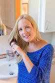 Vrouw haar haren borstelen — Stockfoto