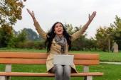 человек с ноутбуком в парке — Стоковое фото