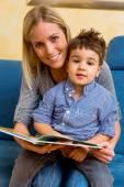 Anne ve oğlu bir kitap okuma — Stok fotoğraf