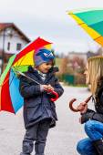 Mother and child with umbrella — Zdjęcie stockowe