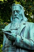 Statue of a man reading — Stock Photo
