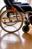 坐在轮椅上的男人 — 图库照片