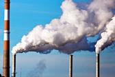 Rookvrije schoorstenen van een fabriek — Stockfoto