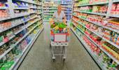 Woman with shopping cart in the supermarket — Stock Photo