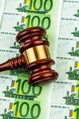 Kladívkem a eurobankovek — Stock fotografie