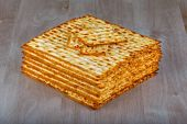 Matzah on wooden table  — Stock fotografie