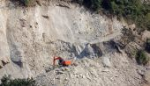 Excavator building the road on a steep slope — Stock Photo