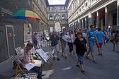 Tourists and artists in the courtyard gallery Uffizi in Florence — Stock Photo