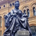 Bronze Statue of Queen Victoria in center of Sydney — Stock Photo #67799815
