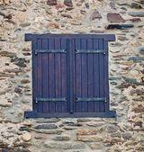 Janela na parede de pedra — Foto Stock