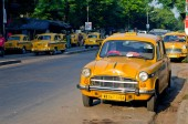 Yellow taxi cabs  in Kolkata, India. — Stock Photo
