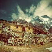 Stone cabin in   mountains,  Nepal — Stock Photo