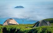 Tourist tents in the  mountains — Stock Photo