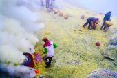 Workers extracting sulfur inside crater — Stock Photo