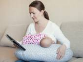 Mother breast feeding her infant — Stock Photo