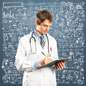 Médecin homme avec écriture conseil — Photo