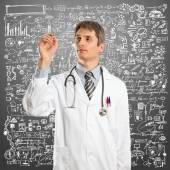 Доктор мужчины что-то писать — Стоковое фото
