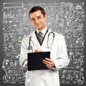 Lekarz mężczyzna ze schowka — Zdjęcie stockowe
