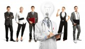 Lampada testa medico e team di business — Foto Stock