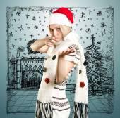 Vrouw met kerstmuts met open hand — Stockfoto