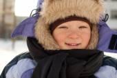 У маленького мальчика есть зимняя забава — Стоковое фото