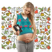 Беременная женщина, ждущая рождественского подарка — Стоковое фото