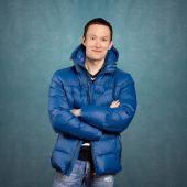 Szczęśliwy człowiek azjatyckich w płaszcz zimowy — Zdjęcie stockowe