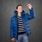 Asiatisk Man i jacka i luften — Stockfoto