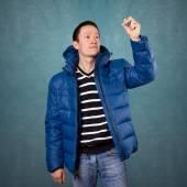Азиатский человек в пальто, пишущем в воздухе — Стоковое фото