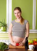 孕妇烹调健康食物 — 图库照片