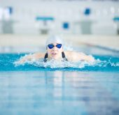 Girl swimming in butterfly stroke style — Foto de Stock