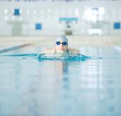 Girl swimming breaststroke stroke style — Foto de Stock