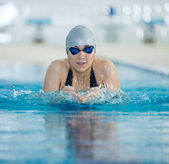 Girl swimming breaststroke stroke style — Stockfoto