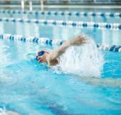 Girl swimming front crawl stroke style — Foto de Stock